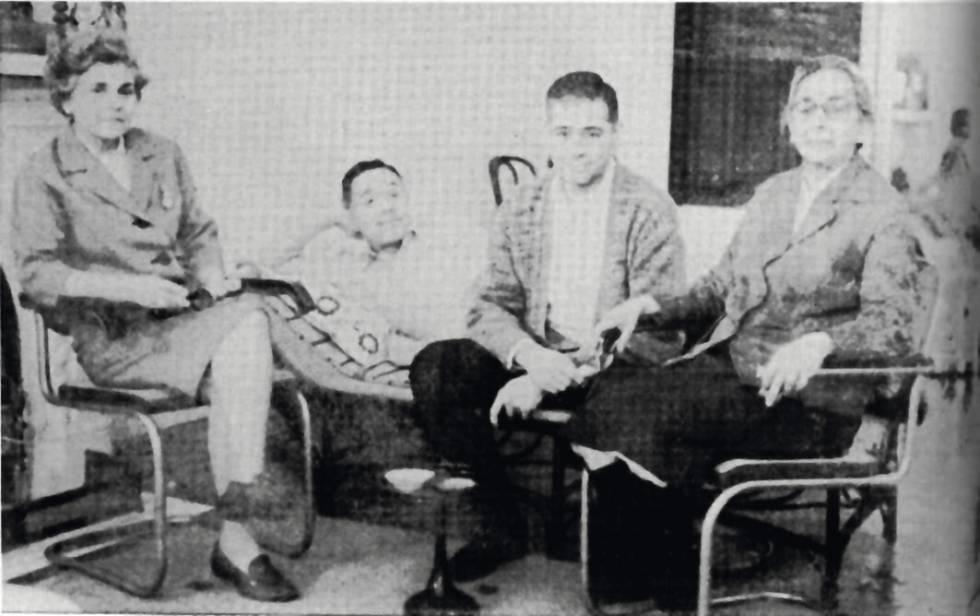 La poeta, à esquerda, com o arquiteto Harold Leeds, o diretor Wheaton Galentine e Lotta de Macedo Soares.