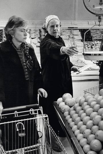 A poetisa com a cozinheira e escritora culinária Rosemary Manell.