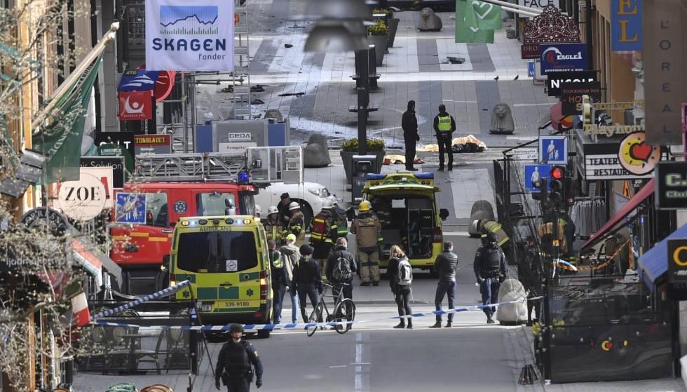Policiais evacuam a zona do atentado em Estocolmo.