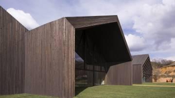 Fundação Cerezales Antonino y Cinia. Feito com madeira de larício, tem una superfície de 2.700 m2 em forma de cinco naves.