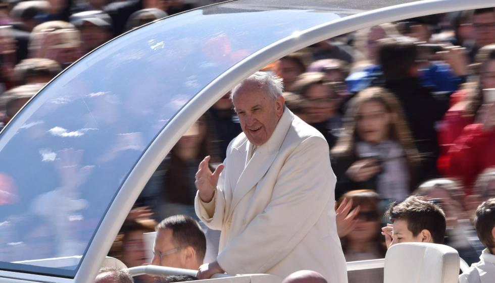 Papa saúda fiéis na Praça São Pedro.