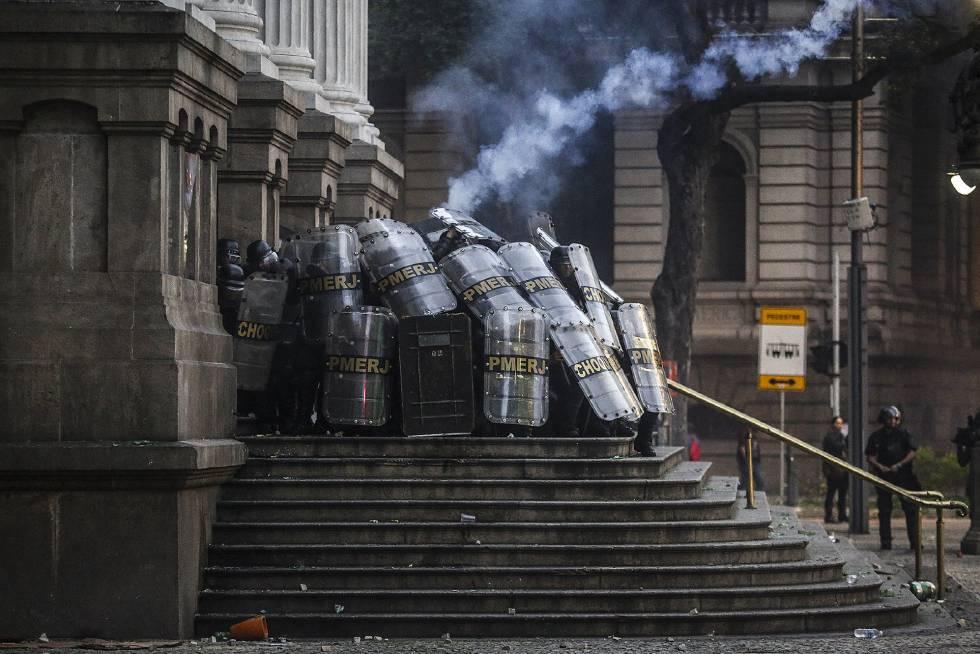 Conflito entre policiais e manifestantes no Rio