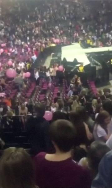 Imagem de dentro do Manchester Arena, onde Ariana Grande se apresentava.