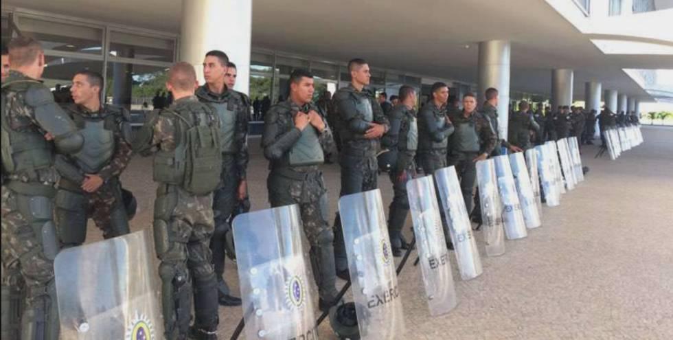 Militares diante do Palácio do Planalto.