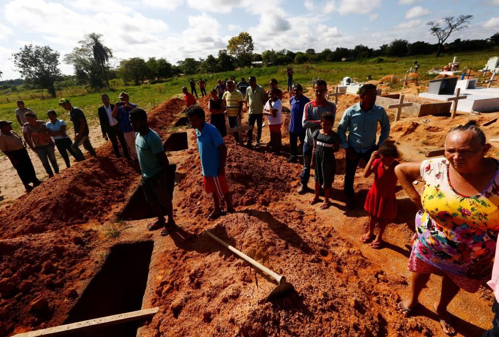 Familiares sepultam vítimas da chacina durante operação policial.
