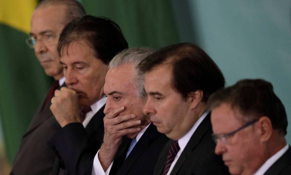 Michel Temer entre o presidente do Senado, Eunício Oliveira (PMDB-CE), e o presidente da Câmara, Rodrigo Maia (DEM-RJ), em cerimônia no Palácio do Planalto. Nas pontas, o ministro-chefe da Casa Civil, Eliseu Padilha, e o ministro da Agricuiltura, Blairo Maggi.