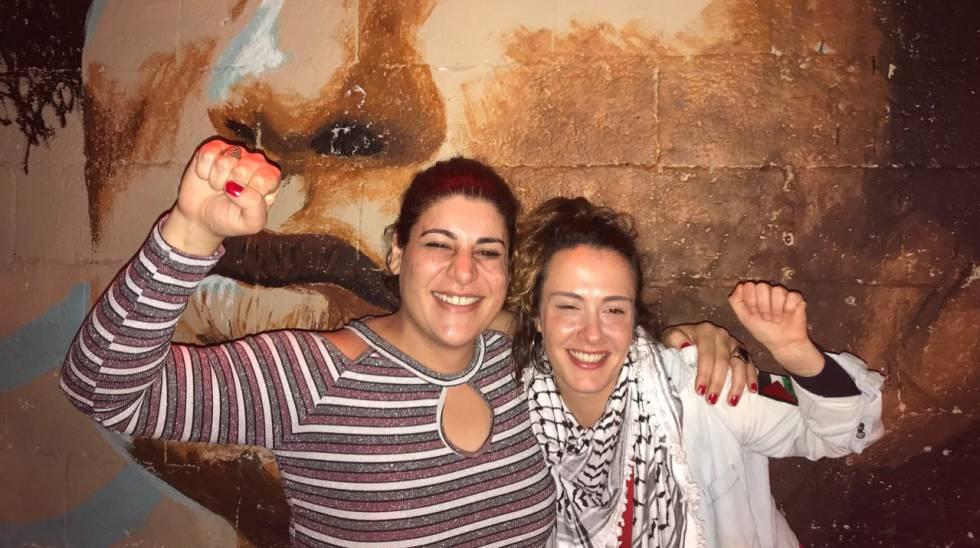 Luiza Coppieters e Marina Tambelli comemorando a vitória judicial