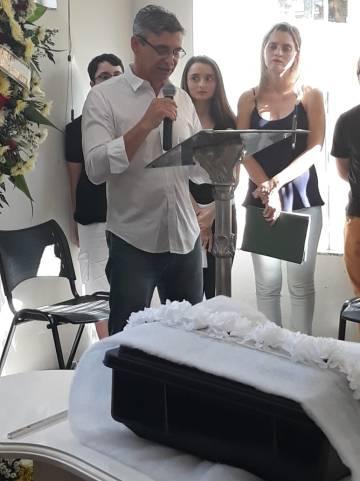 Fabiano na cerimônia fúnebre das ossadas do pai, em Votuporanga
