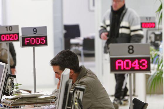 L atur baixa al juny persones a catalunya un 3 94 for Oficina atur