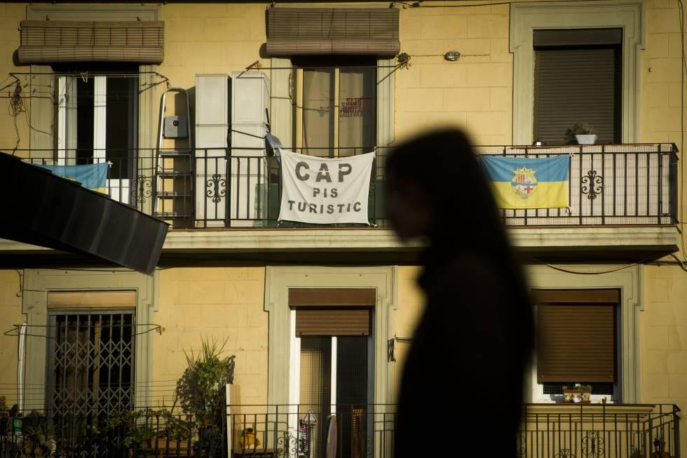 Carteles contra los apartamentos turísticos en la Barceloneta.