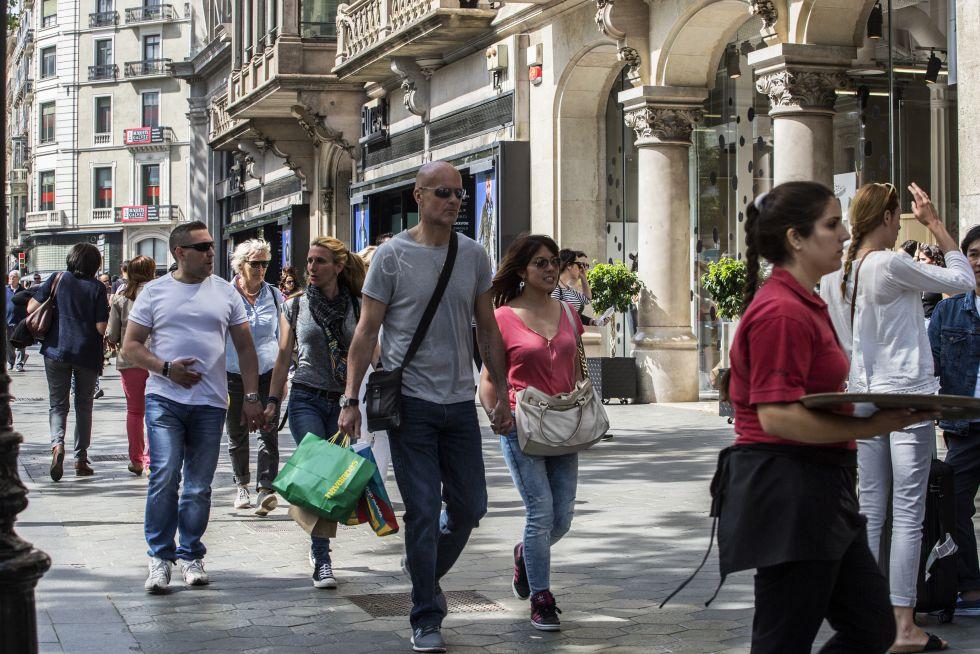 Tiendas abiertas en el paseo de Gràcia.