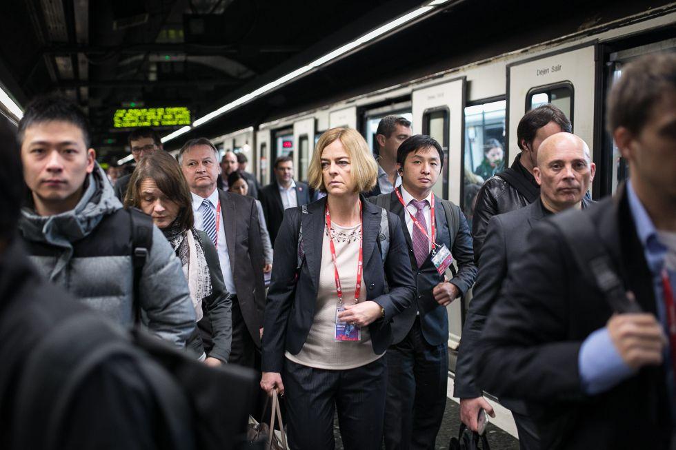 Congresistas intentando llegar en metro al MWC, ayer.