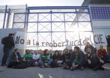 20 personas se encadenan en el CIE de Barcelona para que no reabra