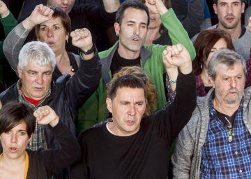 Puigdemont esquiva a Otegi en su visita al Parlament