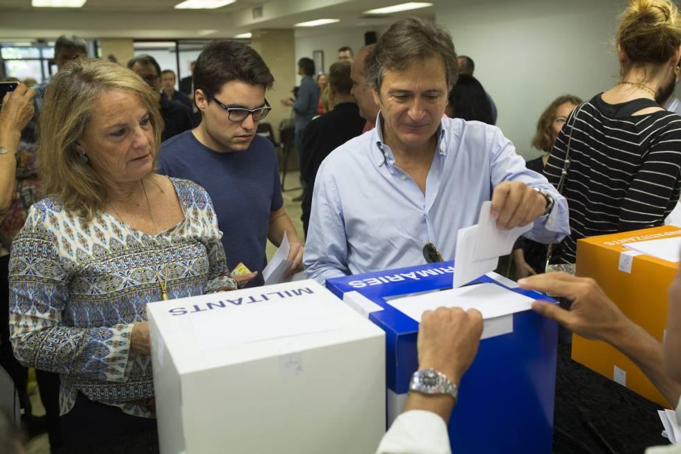 Josep Pujol votant a les primàries de CDC amb Helena Rakosnik al costat.