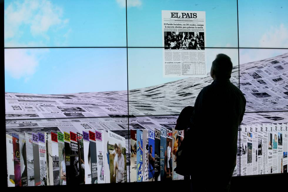 A visitor contemplates a front page at the EL PAÍS 40th Anniversary Exhibition.