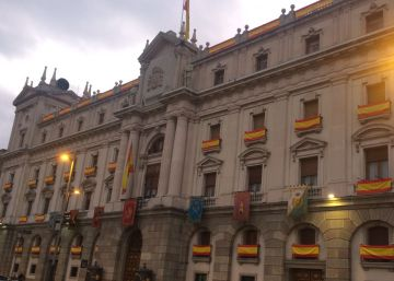 50 banderes espanyoles per celebrar la Pasqua Militar a Barcelona