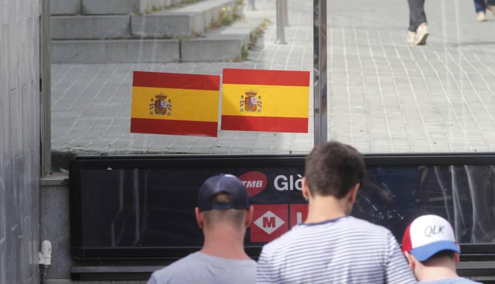 Bandera española a la entrada del metro de Glòries de Barcelona.