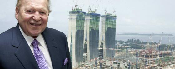 Sheldon Adelson, en 2009 frente a las obras de su de casino en Singapur.