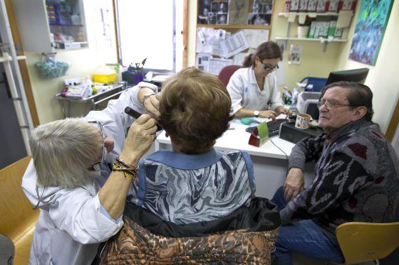 Una paciente es examinada del oído en el CAP Drassanes de Ciutat Vella, Barcelona.