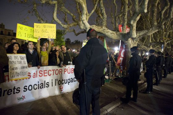 Unos 500 funcionarios protestando ayer frente al Parlament.