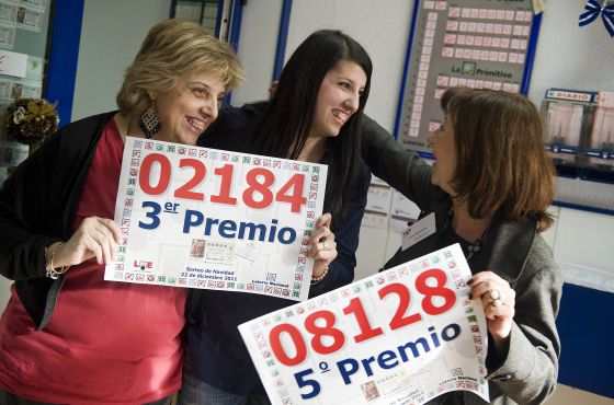 A la izquierda, Maite Gorina, dependienta de la administración de lotería número 2 de Cerdanyola, celebrando la venta del tercer premio.