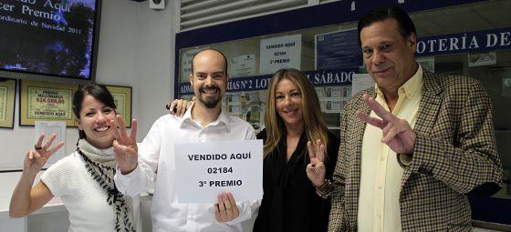 Ana Albert (2d) dueña de la administración de loteria nº 41 de Las Rozas, donde ha caído parte del tercer premio.