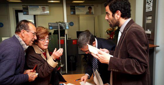 Afectados por el corralito de L'Aldea piden explicaciones para recuperar su dinero.