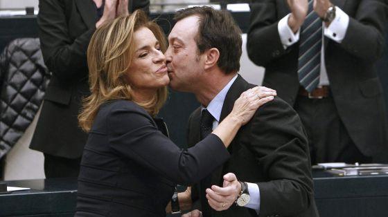Manuel Cobo felicita a Ana Botella tras su proclamación como alcaldesa de Madrid.