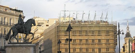 El número 1 de la Puerta del Sol cubierto por lonas el día en el que se desmontó el anuncio de Tío Pepe.