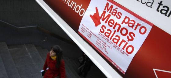 Pegatinas de 'Más paro, menos salario' en respuesta a la campaña de Metro.