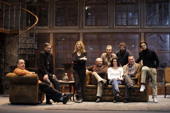 Los directores y actores del montaje de 'Drácula', que hoy se estrena en el Teatro Marquina, descansan durante un ensayo.