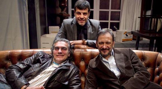 Actores y director de la obra de 'Hay que deshacer la casa' con Andoni Ferreño, Jorge de Juan y Luís Fernando Alvés.