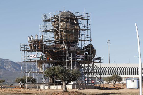 Estatua inspirada en Carlos Fabra que se está montando en el aeropuerto de Castellón.