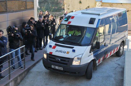 Un furgón policial traslada al presunto asesino de 11 ancianos del geriátrico La Caritat de Olot (Garrotxa) hasta el juzgado de la localidad gerundense.