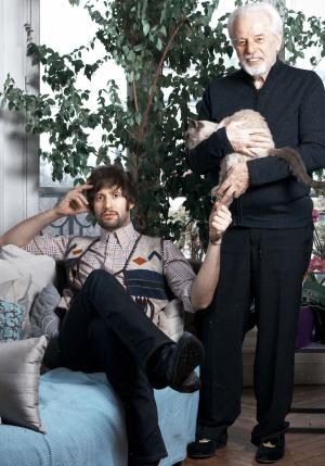 Alejandro y Adán, padre e gato, en la casa paterna de París.