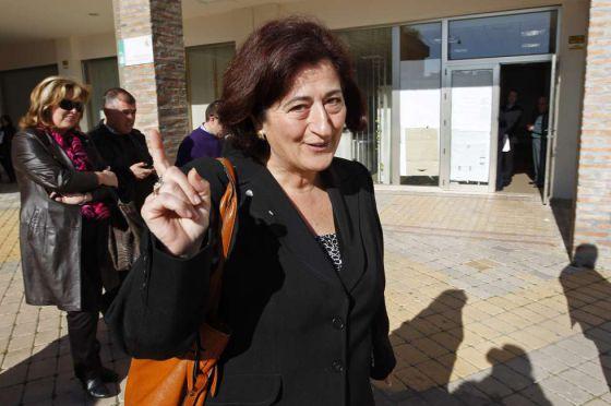 La alcaldesa de Manilva, Antonia Muñoz, de IU, tras declarar en los juzgados de Estepona en marzo de 2011.