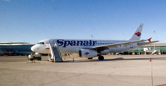 Un avión de Spanair en una pista del aeropuerto de El Prat.