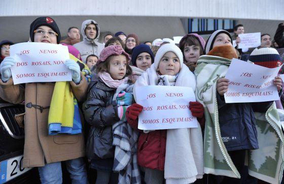 Los alumnos del colegio manifestándose por las bajas temperaturas