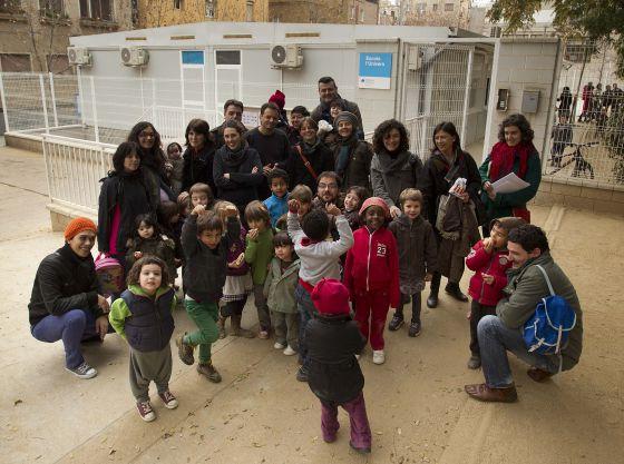 Algunas de las familias de la escuela L'Univers, al lado de los barracones.