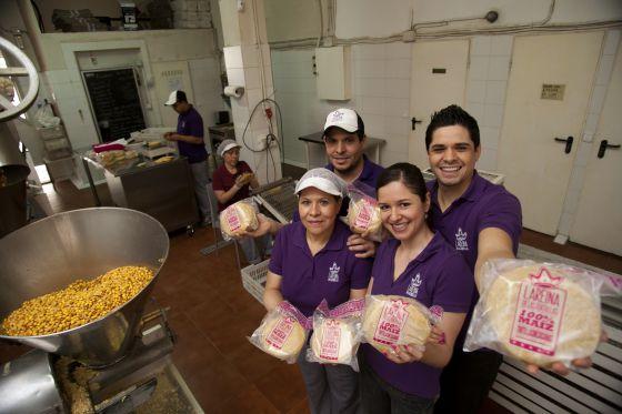 Delfina Solorio, con sus hijos, en su fábrica de tortillas mexicanas La Reina en Cuatro Caminos.