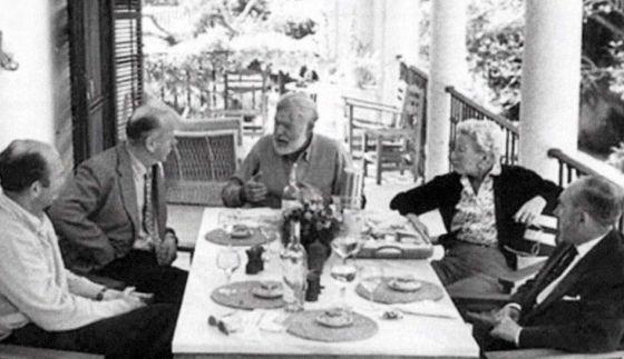 Ernest Hemingway (centro), en la finca La Cónsula.