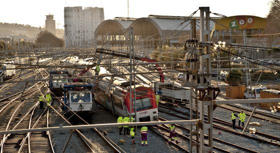 Técnicos de Renfe ante el tren descarrilado en la estación de Francia.