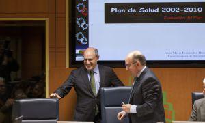El consejero de Sanidad, Rafael Bengoa, junto al parlamentario del PP Carmelo Barrio, en la Cámara.