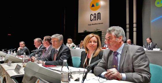 Los principales directivos de la CAM, en una asamblea de la entidad celebrada en marzo del pasado año en Alicante.