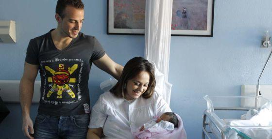 Los padres de Estrella muestran al bebé en el hospital Virgen del Rocío de Sevilla.