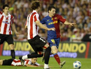 Messi disputa un balón a Amorebieta en la final de la Copa del Rey disputada entre el Barcelona y el Athletic en 2009.