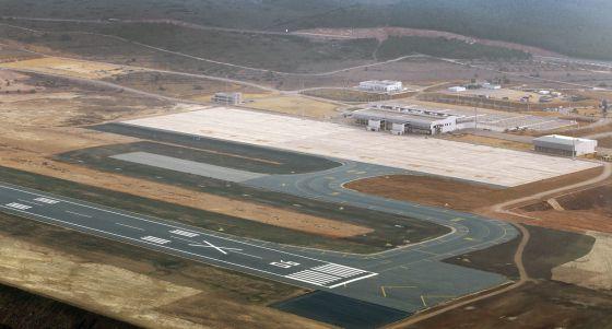 Una vista aérea de la pista y la terminal del aeropuerto de Castellón.