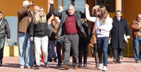 Miguel Montes Neiro levanta los brazos con sus hijas tras salir de la prisión de Albolote.
