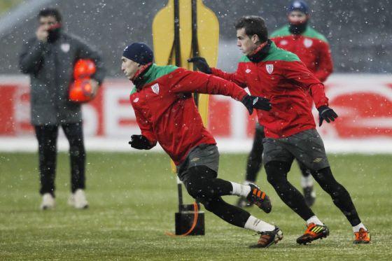 Los jugadores del Athletic se ejercitan en el estadio donde hoy se juega el partido.